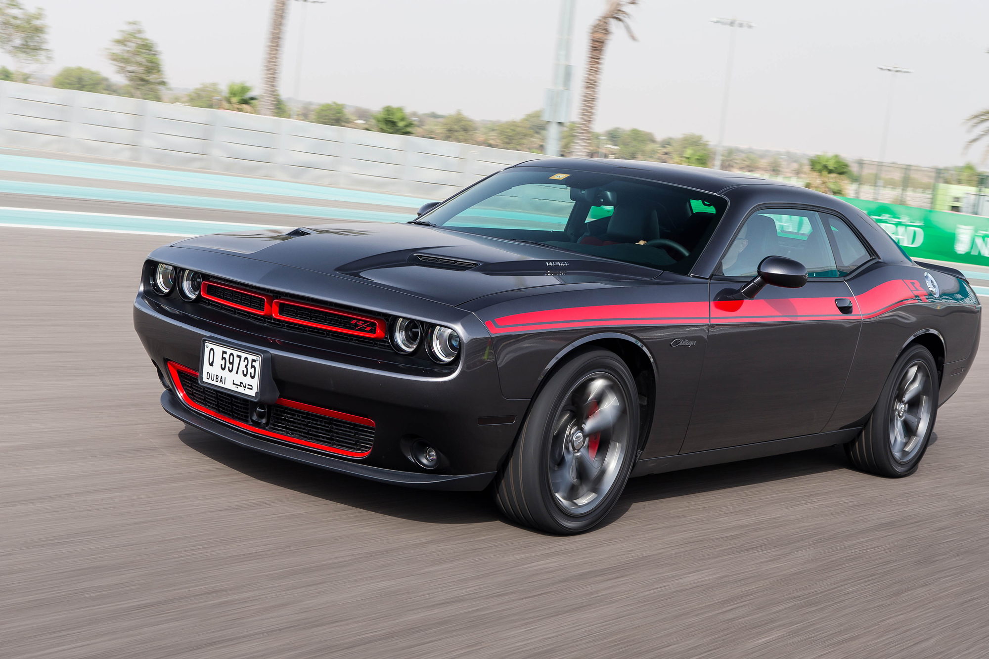 2015 dodge challenger charger hellcat driven at yas videomotoring middle east car news. Black Bedroom Furniture Sets. Home Design Ideas